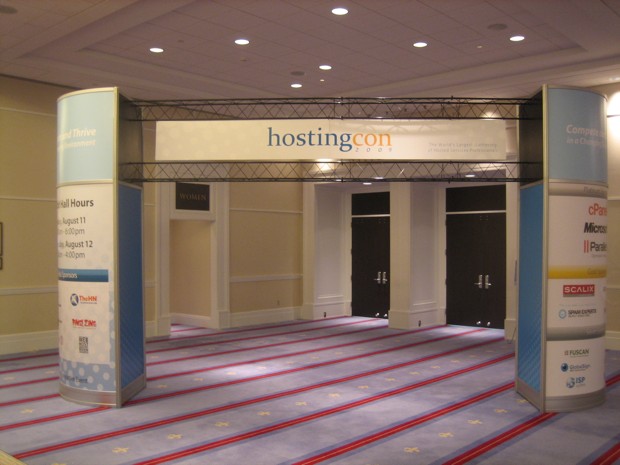hosting-con-arch-in-front-of-the-exhibition-hall
